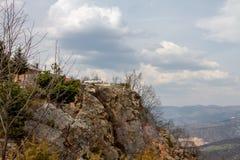 在峭壁云彩和上面美丽的自然地标停车场  免版税图库摄影