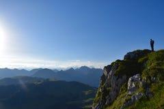 在峭壁前面的远足者 库存照片