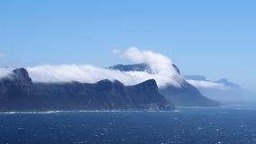 在峭壁和海的云彩 免版税库存图片