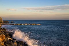 在峭壁和海的日落 图库摄影