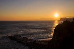 在峭壁和海的日落 免版税库存图片