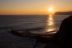 在峭壁和海的日落 库存照片
