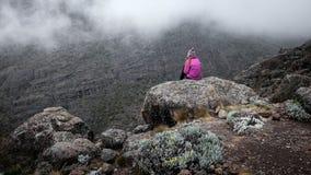在峭壁在山,自由概念的女孩 免版税库存照片