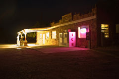 在峭壁居民附近的加油站寄宿ny夜 免版税库存图片