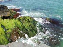 在峭壁岩石的明亮的绿松石海浪在新英格兰 图库摄影