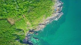 在峭壁海岸的鸟瞰图行动与绿色倾斜 影视素材