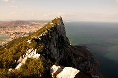 在峭壁海岸线陡峭海洋的土坎之上 免版税库存照片