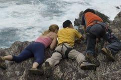 在峭壁海洋人之上 库存图片