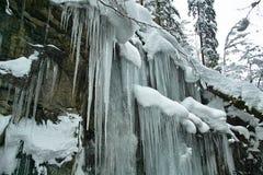在峭壁的冰柱 库存照片