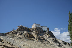 在峭壁的古老佛教寺庙 库存图片