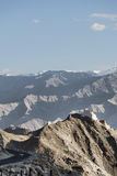 在峭壁的古老casttle在高山和弯曲的路中 免版税库存图片