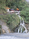 在峭壁的寺庙在台湾 免版税库存图片