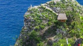 在峭壁的小屋和观点在努沙Penida,巴厘岛,印度尼西亚北海岸渐近  股票视频