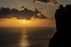 在峭壁的巴厘岛日落 库存照片