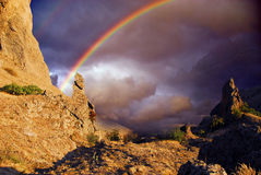 在峭壁的彩虹在克里米亚 免版税库存图片