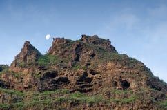 在峭壁的月亮在黎明 库存照片