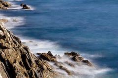 在峭壁的海泡沫 图库摄影
