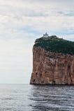 在峭壁的灯塔在Ð ¡ apo Ð ¡ accia 免版税库存图片