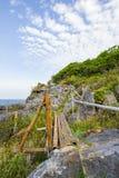 在峭壁的竹篱芭在酸值Sichang,春武里市,泰国 非英国文本意味爱`的声明的`峭壁 免版税库存照片