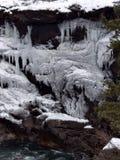 在峭壁的美丽的冰 图库摄影
