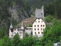 在峭壁的美丽的城堡 免版税库存照片