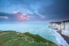 在峭壁的美好的日出在大西洋 免版税库存图片