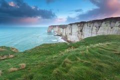 在峭壁的美好的日出在大西洋 免版税库存照片