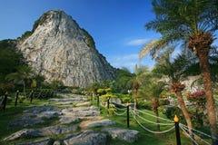 在峭壁的被雕刻的菩萨图象在Khao Chee 1月,芭达亚 库存照片