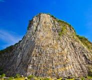 在峭壁的被雕刻的菩萨图象 免版税库存图片