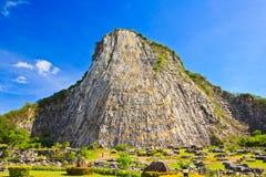 在峭壁的被雕刻的菩萨图象 免版税库存照片