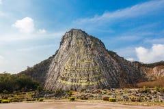 在峭壁的被雕刻的金黄菩萨图象在Khao Chee泰国1月,芭达亚, 免版税库存图片