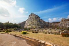 在峭壁的被雕刻的金黄菩萨图象在Khao Chee泰国1月,芭达亚, 库存照片