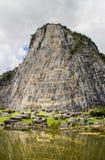 在峭壁的被雕刻的金黄菩萨图象在Khao Chee 1月, Pattay 库存图片
