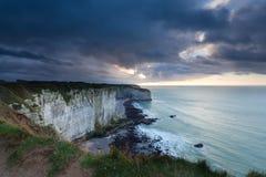 在峭壁的风雨如磐的被覆盖的天空在海洋 库存照片