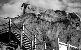 在峭壁的驾空滑车 免版税库存照片