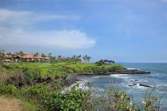 在峭壁的高尔夫俱乐部与海洋巴厘岛印度尼西亚 免版税库存照片