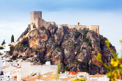 在峭壁的13世纪阿拉伯城堡 奥尔维拉 免版税库存图片