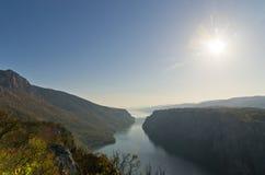 在峭壁的晴天在Djerdap峡谷和国家公园的多瑙河 免版税图库摄影