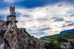 在峭壁边缘的城堡在海附近 库存图片