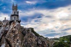 在峭壁边缘的城堡在海附近 免版税库存图片