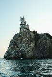 在峭壁边缘的城堡 免版税库存图片