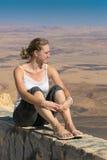 沙漠的背景的一个少妇 免版税库存照片