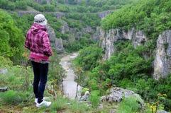 在峭壁边缘的妇女 免版税图库摄影