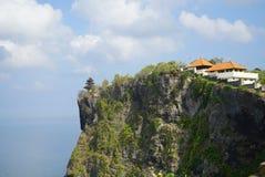 在峭壁边缘的寺庙 免版税库存照片
