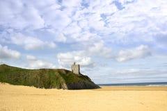 在峭壁边缘的海滩和Ballybunion城堡 库存照片