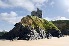 在峭壁边缘的老历史的Ballybunion城堡 免版税图库摄影