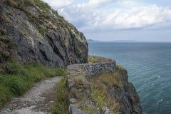 在峭壁边缘的道路在海洋海岸的 免版税图库摄影