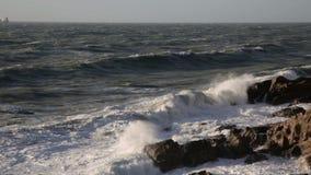 在峭壁附近的风雨如磐的海 股票视频