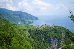 在峭壁顶部的意大利村庄 库存图片