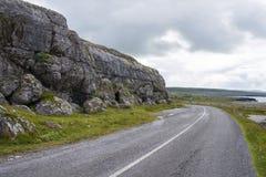 在峭壁风景的路 爱尔兰 免版税库存图片